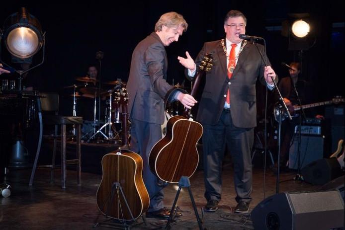 Frank Boeijen wordt overvallen door burgemeester Hubert Bruls. Foto: Erik van 't Hullenaar