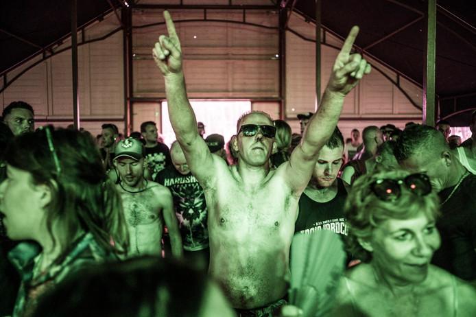 De gemeente Hellendoorn is niet bereid opnieuw een vergunning te verlenen voor het Hardshock Festival op het terrein van Dauwpop aan de Luttenbergerweg.