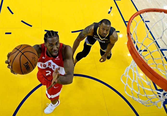 Kawhi Leonard (l) in actie tegen Golden State Warriors in de NBA-finale.