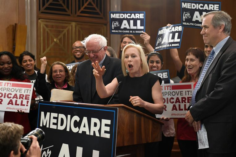 Kirsten Gillibrand pleitte met Bernie Sanders voor Sanders' 'Medicare for all', het vervolg op Obamacare. Beeld AP