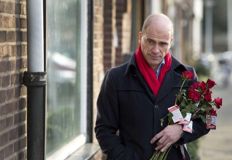 PvdA-leider Diederik Samsom loopt met een bos rode rozen door Maastricht om campagne te voeren voor de gemeenteraadsverkiezingen afgelopen maart. Beeld anp