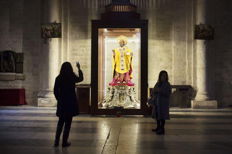 Beeld van Sint-Nicolaas in de Sint- Nicolaaskerk van Bari. Beeld Sanne De Wilde