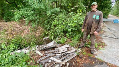 """Asbestplaten gedumpt in beek aan bos: """"Dit is echt crimineel"""""""