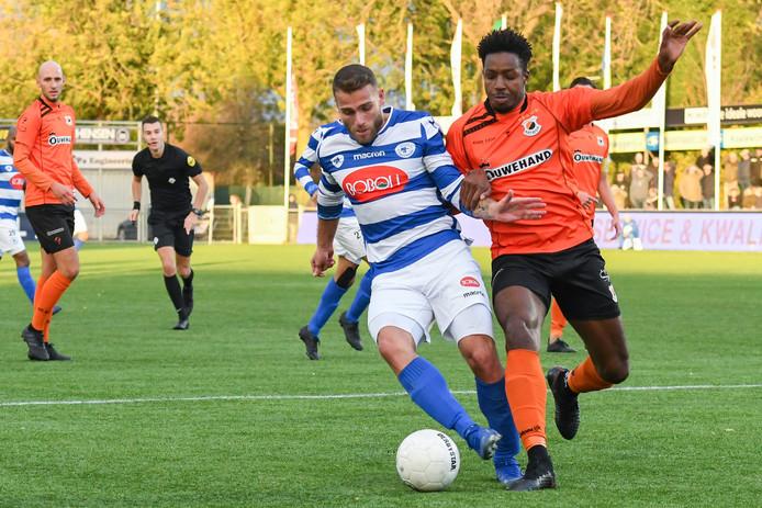 Jordi Bitter van SV Spakenburg (links) in duel met Raoul Esseboom van VV Katwijk