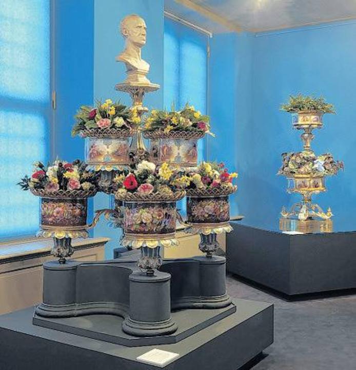 Twee Russische vazen, zogeheten jardinières, in bruikleen van Gemeente Wassenaar bij Paleis Het Loo.