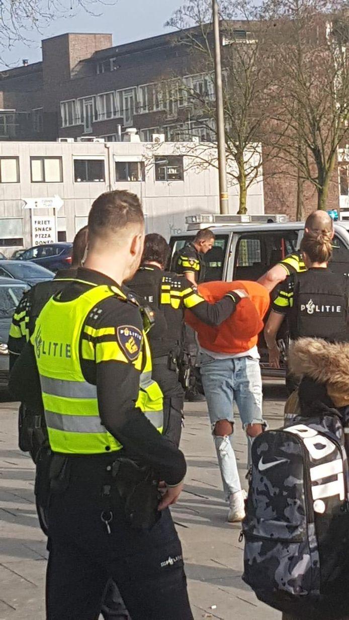 Le jeune homme a été arrêté et emmené pour poste pour être interrogé.