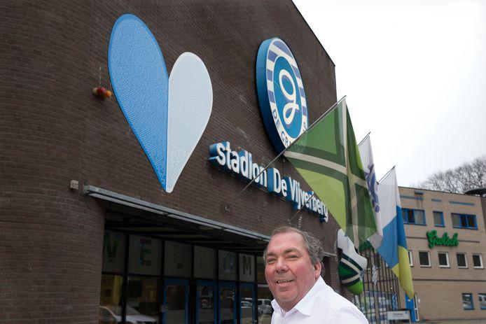 Hans Martijn Ostendorp, directeur van De Graafschap, onder het hart.