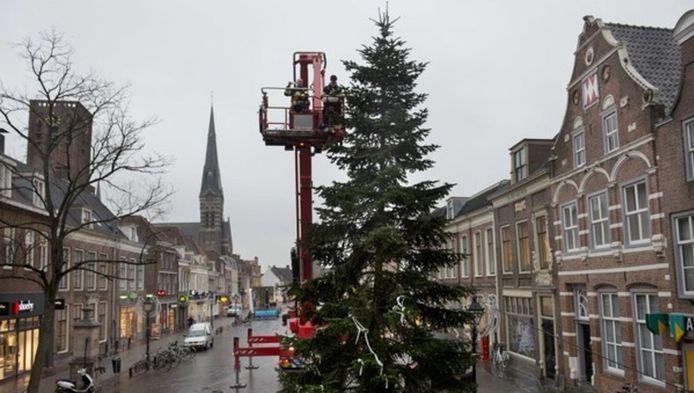 De kerstboom in het centrum van Culemborg werd vanmorgen met een hoogwerker van de brandweer opnieuw opgetuigd.