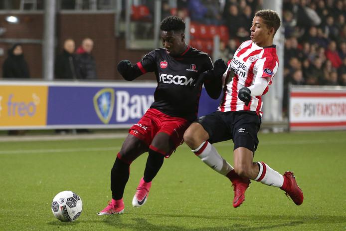 Maiky Fecunda houdt Jong PSV'er Justin Lonwijk van de bal.