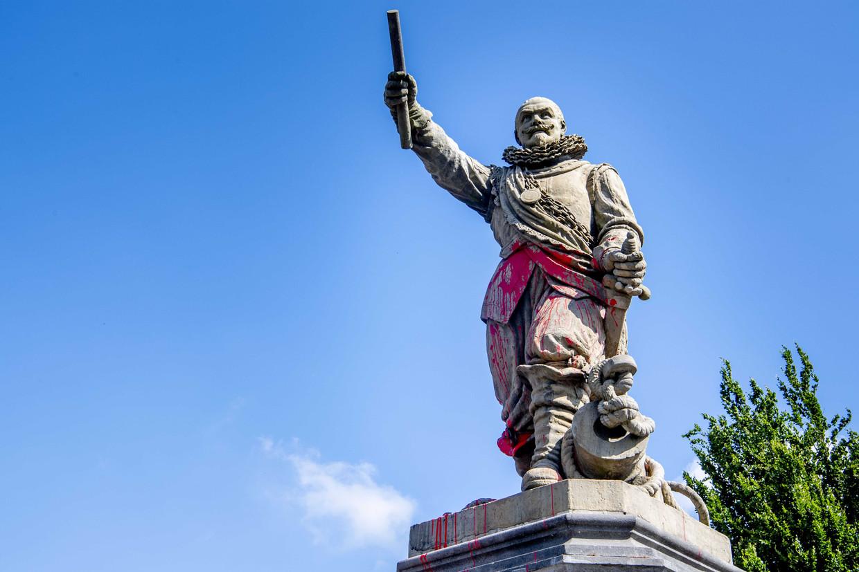 Het standbeeld van Piet Hein in Rotterdam-Delfshaven is beklad en besmeurd.  Beeld ANP