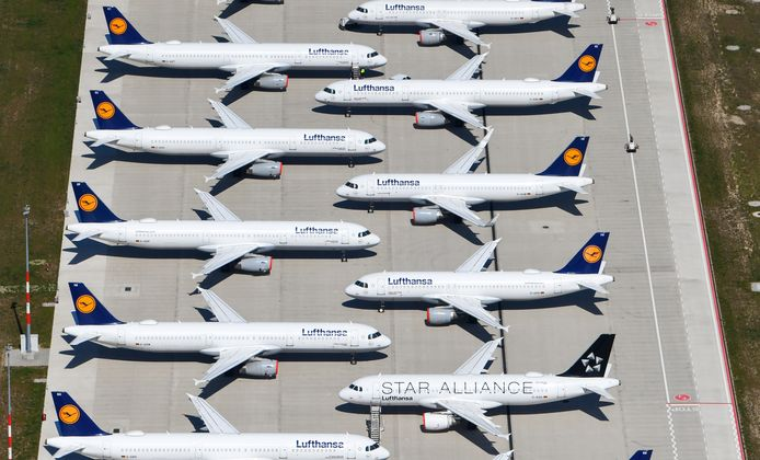 Lufthansa-vliegtuigen staan vanwege de corona-pandemie geparkeerd op de luchthaven van Berlijn-Schönefeld.