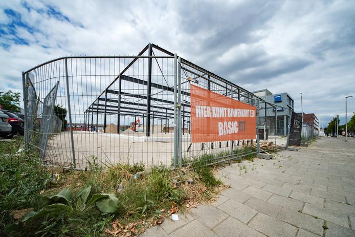 Fitnessketen Basic Fit bouwt een nieuwe vestiging aan de Limburglaan in Eindhoven.