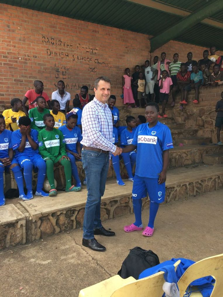 Ronny Van Geneugden, trainer van de nationale voetbalploeg van het Afrikaanse land Malawi, hier bij z'n spelers.
