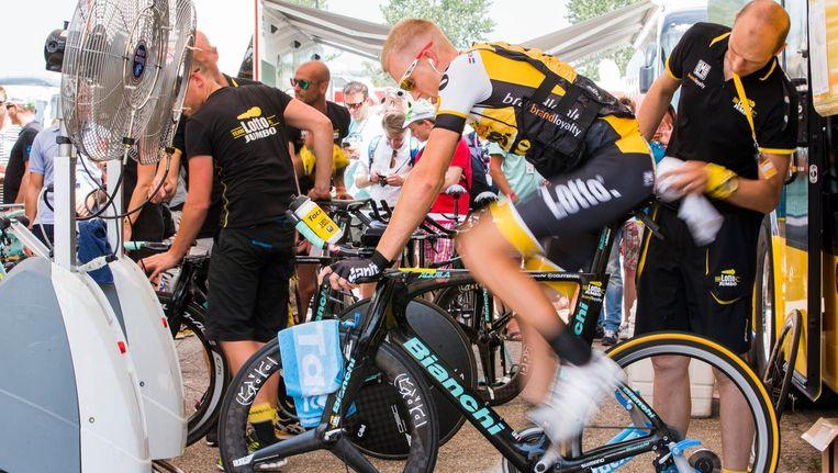 Robert Gesink doet zijn warming-up voor een etappe in de Tour de France. Beeld anp
