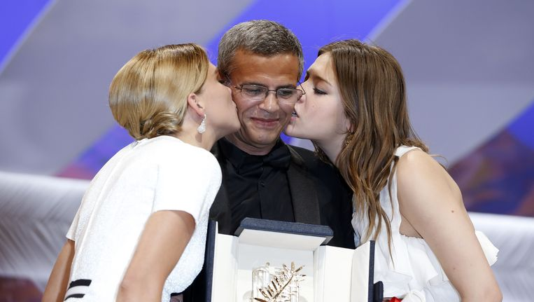 Regisseur Abdellatif Kechiche en hoofdrolspeelsters Adèle Exarchopoulos en Léa Seydoux na het winnen van de Gouden Palm voor La vie d'Adèle. Beeld afp