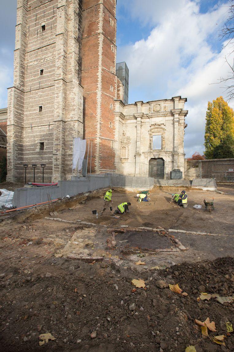 De archeologen hopen op de middeleeuwse grens tussen de abdij en de stad te stoten.