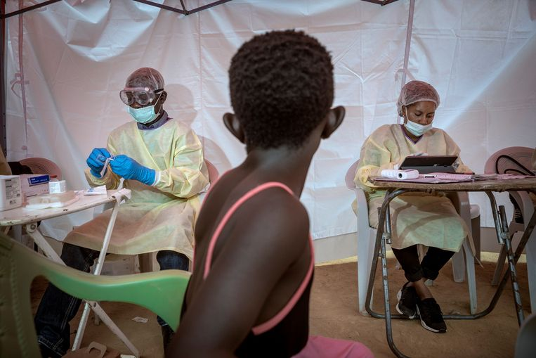 Een jong meisje wacht in Beni, Noord Kivu, op de dokter die haar vaccinatie voorbereidt. Beeld Sven Torfinn