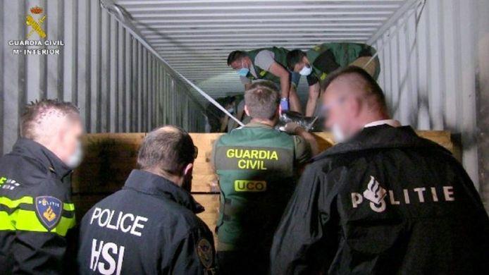 Spaanse, Nederlandse en Amerikaanse speurders in actie bij de onderschepping van de cocaïne.