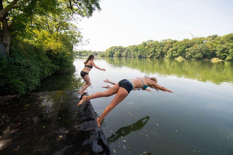 """De drie vriendinnen nemen een frisse duik, hoewel het water naar """"eendenpoep"""" ruikt."""