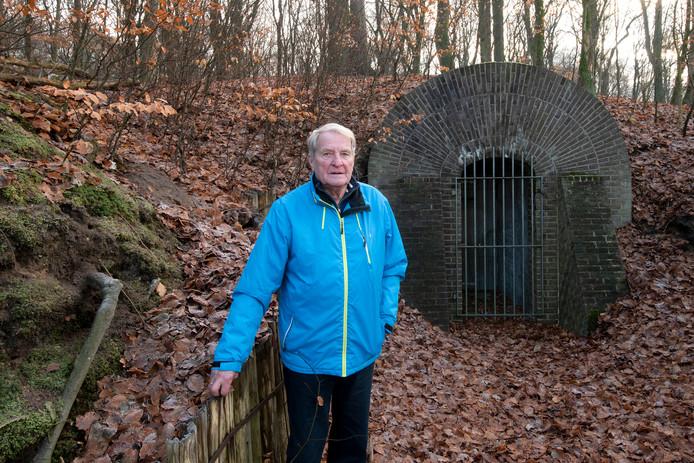 Harmen Wijnveld bij de ijskelder bij Hotel Groot Warnsborn waar zijn vader tijdens de Tweede Wereldoorlog  Britse piloten verborgen hield.
