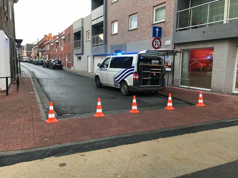 De politie sloot de straat aan weerszijden af.