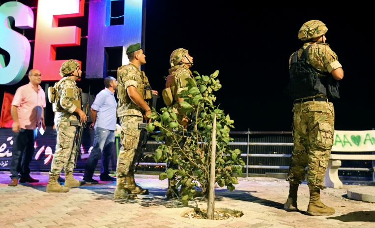 Libanese soldaten in het dorp Adaisseh nabij de Libanees-Israëlische grens nadat ze een vermoedelijke Israëlische drone hebben neergehaald.