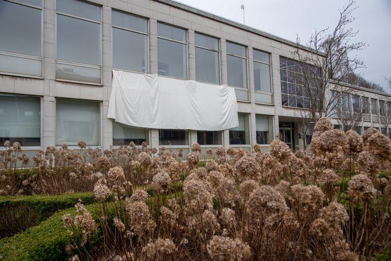Een reuzegroot wit laken aan het gemeentehuis van Melle.