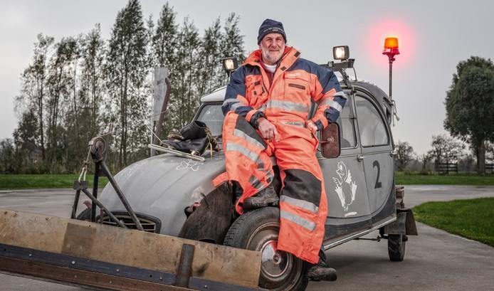 IJsmeester Bas Looren de Jong op zijn zelfgemaakte sneeuw-schuif-eend, oftewel de Ammerse Zamboni.