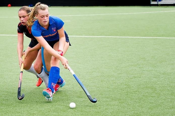 Emma Colenbrander van Breda in duel met Nicole Eulderink van DSHC.