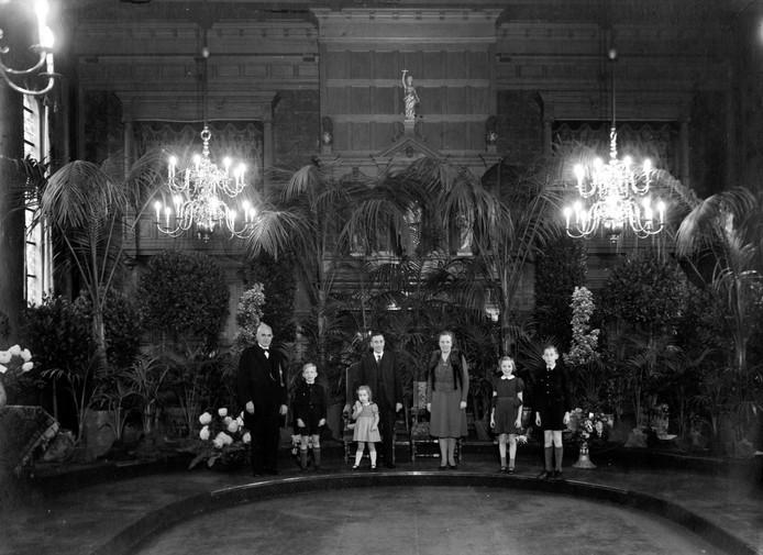 Jan de Quay (midden) in 1946 met zijn gezin bij de benoeming als commissaris van de Koningin in Noord-Brabant. Ook op de foto staan zijn vrouw Maria en de kinderen Lijdwien, Jan en Clara de Quay.
