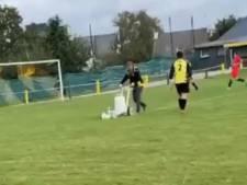 Scène insolite en foot amateur: un bénévole termine le traçage des lignes en plein match