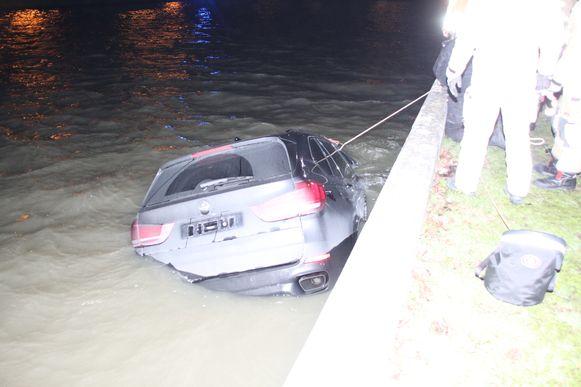 De BMW X5 belandde in Izegem in het kanaal.
