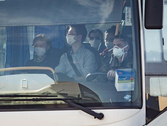 Les étrangers ont dû être évacués de Wuhan en bus.