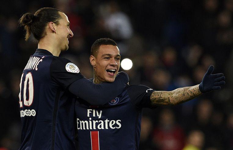 Gregory van der Wiel neemt de felicitatie van Zlatan Ibrahimovic in ontvangst. Beeld AFP