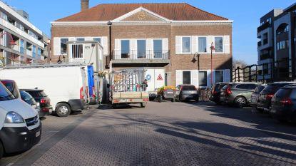 Na centrumwerken: definitief parkeerverbod op plein voor oud gemeentehuis
