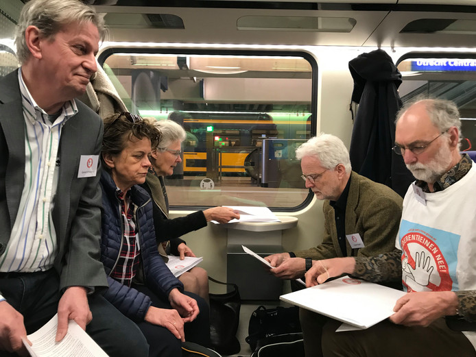 Tijdens de treinreis werd door leden van het actiecomité Goederentreinen Nee nog volop overleg gevoerd.