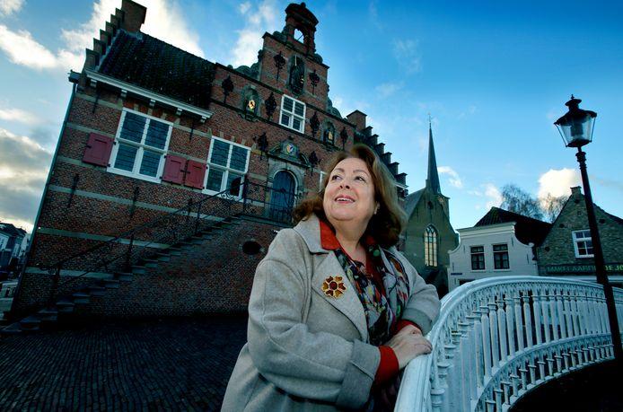 Bibliotheekdirecteur Nel Schuijff voor haar nieuwe thuisbasis: het Oude Raadhuis in het centrum van Oud-Beijerland.