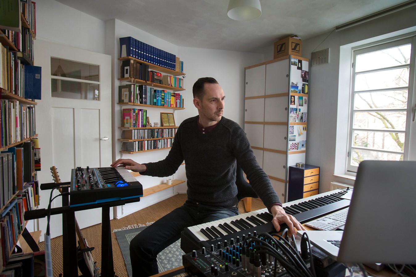 Anthony Fiumara op zijn werkkamer in Amsterdam. Foto: Werry Crone