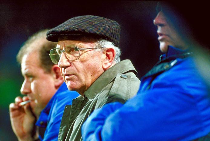 Typerend beeld voor PSV aan het eind van 1994. Interim-coach Kees Rijvers, een man met enorme verdiensten voor PSV in de jaren zeventig, op de bank. Een succes werd die korte terugkeer niet.