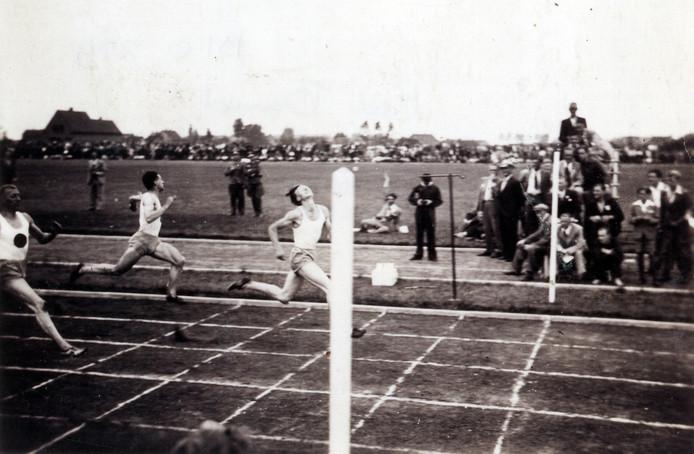 Historische foto bij de opening van de sintelbaan in 1943 op Red Band in Roosendaal. Jo Zwaan wint de invitatiewedstrijd voor Chris van Osta en Tinus Osendarp