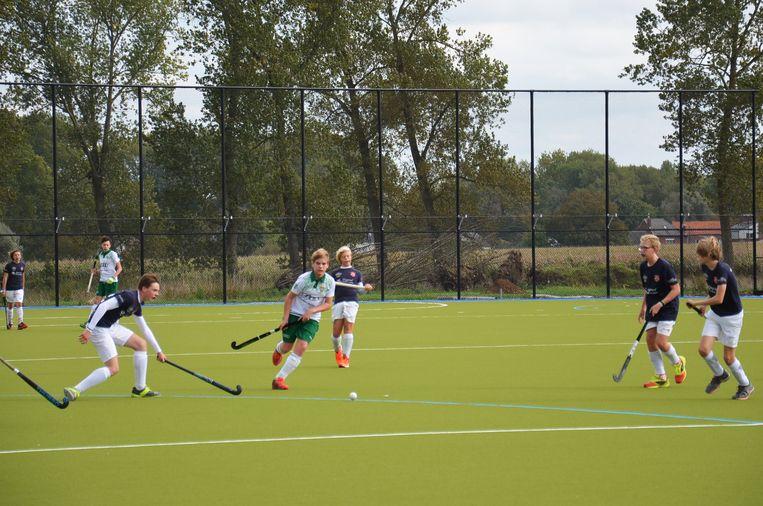 De Dender Hockey Club Ninove speelt het nieuwe hockeyveld in Outer in tegen Knokke.