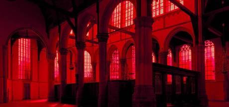 Beveiliging bij bijeenkomst rood raam Oude Kerk