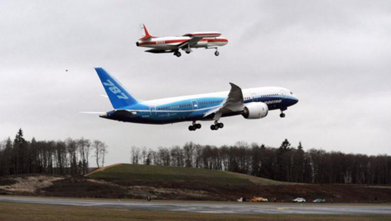 De Dreamliner stijgt voor het eerst op bij de Boeingfabrieken in Everett bij Seattle, begeleid door een volgvliegtuig. Foto EPA Beeld