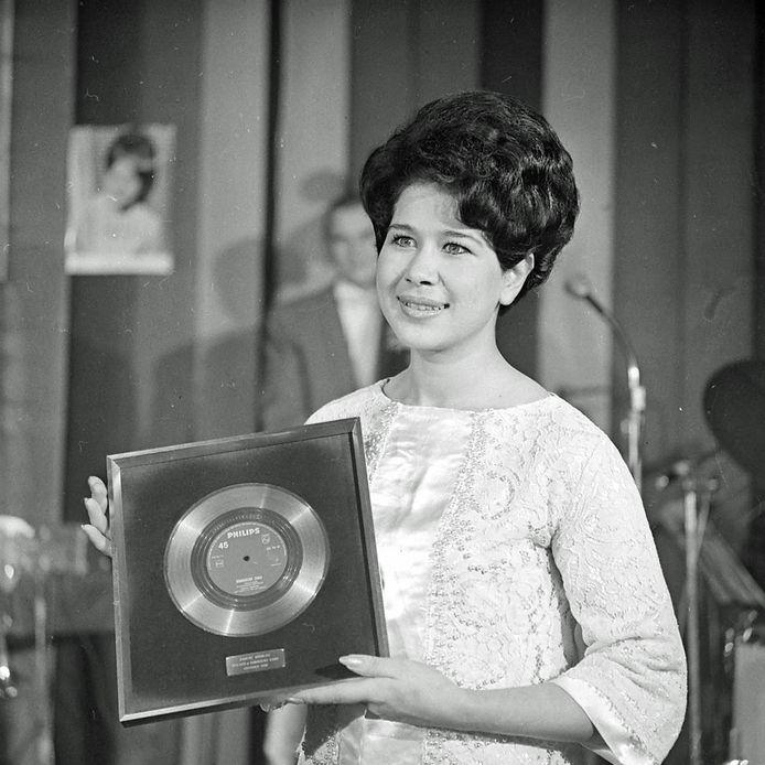 1962, uitreiking van gouden plaat aan Anneke Grönloh in het Carlton in Eindhoven