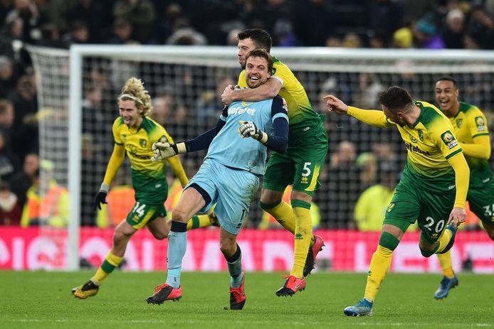 Tim Krul is met zijn pleggenoten door het dolle heen na de zege op Tottenham Hotspur in de FA Cup.