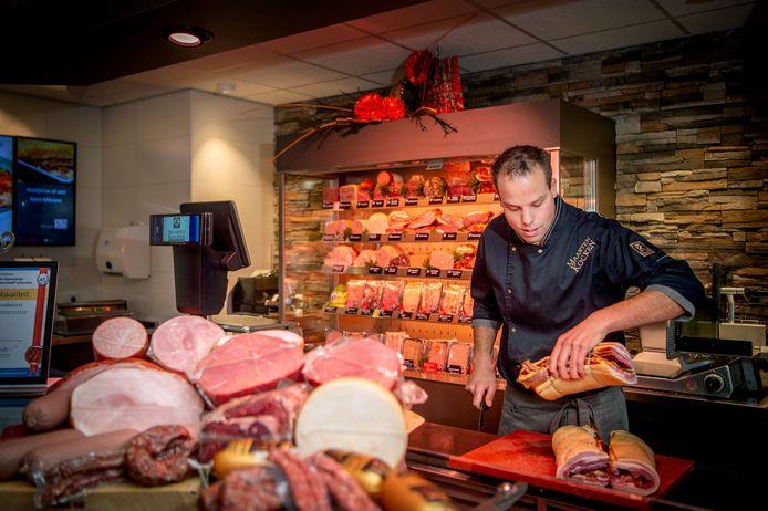 Maarten Kocken in zijn slagerij in Beneden-Leeuwen.