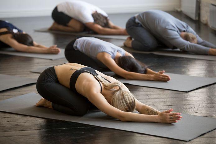 Bij sommige posities bij yoga komen de windjes makkelijk los.