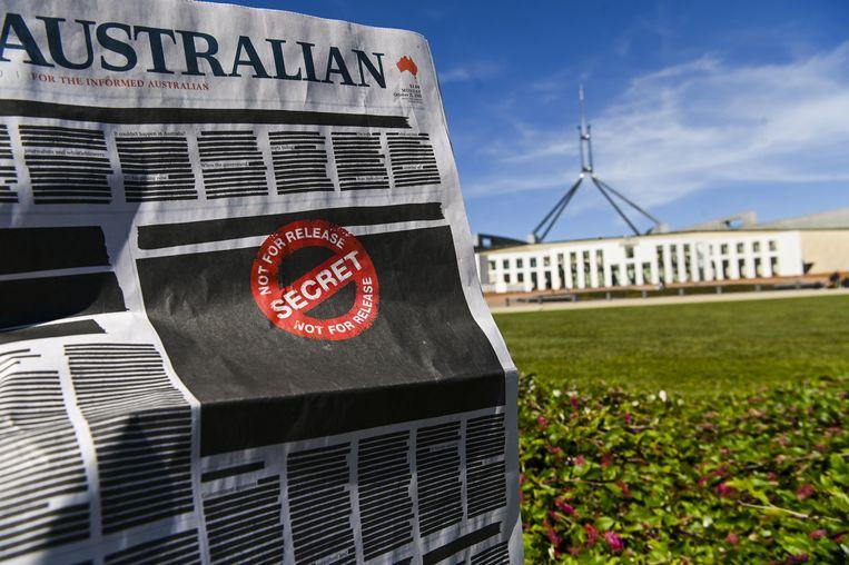 De zwarte voorpagina van The Australian voor het parlementsgebouw in Canberra.