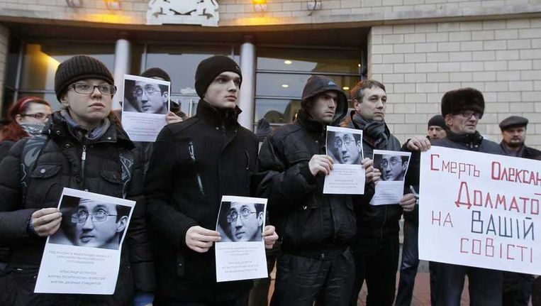 Protesten naar aanleiding van de zelfmoord van activist Aleksandr Dolmatov Beeld epa