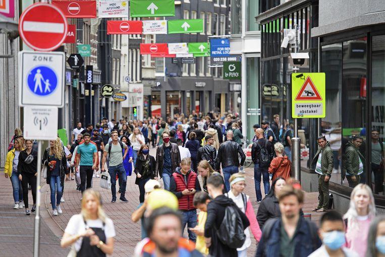 Dagjesmensen en toeristen in de Amsterdamse Kalverstraat, eind juli. Mocht er een tweede lockdown nodig zijn, dan zal de economische krimp veel groter zijn dan in de raming van het CPB. Beeld ANP